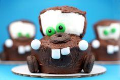 Que Cupcake mais lindo, do Mater! Race Car Party Ideas via The Speckled Freckle. #SenhoraInspiracao
