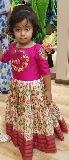 30 best Ideas dress for kids indian wedding Kids Party Wear Dresses, Kids Dress Wear, Kids Gown, Dresses Kids Girl, Kids Outfits, Girls Frock Design, Baby Dress Design, Kids Lehanga Design, Long Frocks For Kids