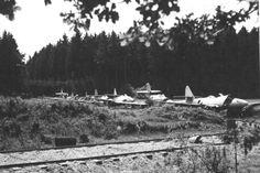 """""""Man beachte die Tarnnetze"""":  """"Sieben beschädigte Me 262 stehen hintereinander..."""