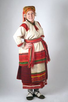 The costume of a Ryazan peasant woman was made of homespun flax and wool. Clothing in Ryazan had many shades of red. Ethnic Outfits, Ethnic Dress, Ethnic Clothes, Peasant Clothing, Costume Ethnique, Russia Ukraine, Russian Culture, Court Dresses, Russian Fashion