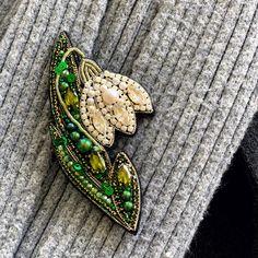 Snowdrop beaded brooch,Seed bead flower,Embroidered brooch,floral brooch,Woman G. Seed Bead Flowers, French Beaded Flowers, Seed Beads, Bead Embroidery Jewelry, Beaded Embroidery, Beaded Jewelry, Flower Jewelry, Beaded Bracelets, Brooches Handmade