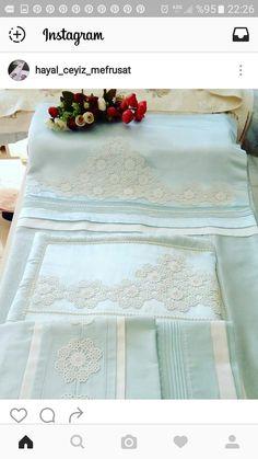Ablam için fikirler Linen Towels, Tea Towels, Sewing Art, Sewing Rooms, Lace Ruffle, Filet Crochet, Bedding Sets, Linen Bedding, Textiles