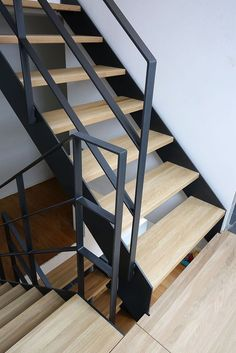 Modern Stair Railing Designs That Are Perfect! : Looking for Staircase Design Inspiration? Check out our photo gallery of Modern Stair Railing Ideas. Stairway Railing Ideas, Black Stair Railing, Black Stairs, Staircase Handrail, Open Stairs, Stair Railing Design, Modern Staircase, Steel Stairs Design, Concrete Stairs