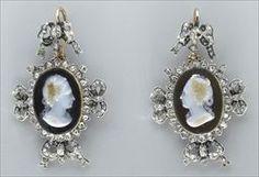 Parures et bijoux des musées nationaux de Malmaison et du palais de Compiègne, notice - Pendants d'oreilles représentant Mmedu Barry et Mmede Pompadour