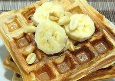 Waffle proteico de banana  1 banana pequena 6 colheres de sopa de farelo de aveia 1 scoop de whey protein de baunilha ou chocolate 100 ml de leite de soja zero 3 claras 1 colher de chá de essência de baunilha 1 colher de chá de fermento em pó Adoçante à gosto