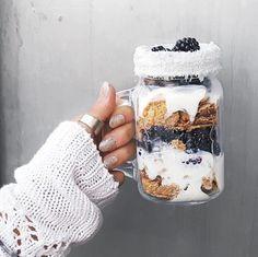 vaso con yogur y frutas