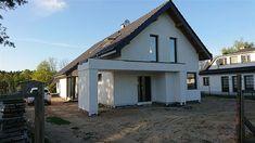 Projekt domu Arystoteles 144,5 m2 - koszt budowy - EXTRADOM Roof Design, House Design, Modern Bungalow Exterior, Design Case, Home Fashion, House Plans, Shed, Villa, St Laurent