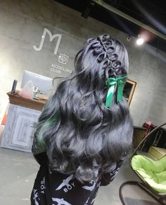 Penteado com os cabelos cinza escuro.