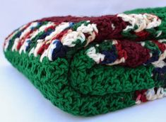 Esta es una manta de ganchillo peluche grande. Está hecho con un maravilloso shell y diseño de v-puntada. Es una hermosa mezcla de Borgoña verde y abigarrado. Esta es la manta perfecta para acurrucarse en el sofá con su ser querido a ver una película favorita. O a la cama en el