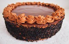 Korábbi bejegyzéseimnél említettem, hogy finoman szólva nem vagyok a tortakészítés nagymestere, ezért ha egy mód van rá, nem erőltetem a dolgot. :) Most viszont Apukám születésnapja volt a tét, és nagy bátran felajánlottam, hogy majd én sütök neki tortát. Cookies, Cake, Crack Crackers, Pie Cake, Biscuits, Pastel, Cookie Recipes, Cakes, Cookie