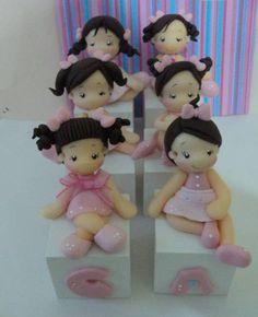 cubos em mf pintados, com 5x5 cm, bonequinhas em biscuit com +-6 cm, total das peças +- 11 cm cada!!   contato:arteira_2010@hotmail.com