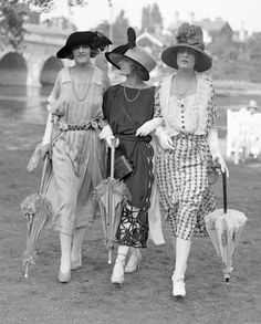 Women's Fashion at Royal Ascot, June 1921 (b/w photo) Early 1920s waists were moving down. Note the large hats. Cloches weren't popular yet.