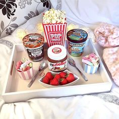 I want to have a sleepover with friends and eat this Pyjama-party Essen, Movie Night Snacks, Movie Nights, Date Night Movies, Sleepover Food, Good Food, Yummy Food, Snacks Für Party, Slumber Party Foods