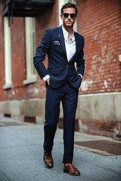 costume bleu foncé en deux pièces, chaussures en cuir marron pour homme