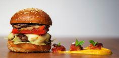 BEEF&CROP DELIGHT: Burgerul acesta nu este bun, este absurd de delicios. Numai înșiruirea de ingrediente te face să-ți imaginezi că simțurile ți-o iau deja razna. Când chiar îl încerci, Beef&Crop Delight te cuprinde cu tipul acela de gust formidabil care l-ar fi făcut pe Kramer să exclame că în gura lui se petrece un spectacol de circ.  Pentru o dresură de senzații bogate, gourmet, oferă-ți șansa celui mai exotic burger Frankly! Gourmet Burgers, Homemade Food, Hamburger, Yummy Food, Favorite Recipes, Meet, Lunch, Drinks, Breakfast