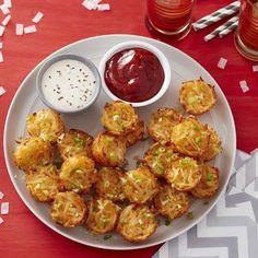 Cheesy Muffin Tin Potato Tots Rezept - appetizers for a crowd - Mini Rezepte Potato Appetizers, Appetizers For A Crowd, Holiday Appetizers, Appetizer Recipes, East Appetizers, Mini Appetizers, Muffin Tin Potatoes, Mini Potatoes, Muffin Pan Recipes