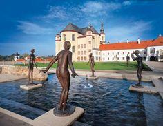 Repubblica Ceca La piccola Litomsyl si trova tra le colline della Boemia orientale Giardini del Monastero Vasca fontana con effetti sonori : ci sono quattro figure femminili in movimento , sospese su piccole piattaforme. Sembrano danzare , prima di tuffarsi in acqua.