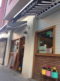Pequeña bakery con dulces caseros y cafés de sabores #bilbao