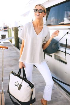 The perfect monogrammed weekender. Preppy Mode, Preppy Style, Her Style, Adrette Outfits, Preppy Outfits, Fashion Outfits, White Pants Outfit, Boating Outfit, Summer Looks