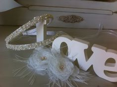Tiara flexível com forração em setim, toda bordada com perolas de vidro Preciosa e cristais, com laço e elástico na parte de tras para dar maior fixação.  Acompanha 2 flores de organza .  Pode ser feita em branco, off white e pérola. (champagne)
