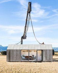 Das hier ist ein richtiges kleines Haus. Es nennt sich ÁPH80 und wurde von den Architekten von Ábaton entworfen. Weil es nur 3 x 9 Meter groß ist, kann man es überall aufstellen und jederzeit wieder versetzen. Trotzdem hat es innen genug Platz für Wohnbere