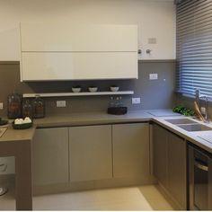 """Eu Te Inspiro - Arquitetura on Instagram: """"Cozinha em dois tons e bancada com pia esculpida. Por @sergiovalliattijr #piaesculpida #instaarq #instagood #instahome #instadecor #instafollow #decor #decoracao #decoração #home #house #homedecor #homestyle #arquitetura #decorating #decoration #architecture #cozinha #cozinhas #kitchen #kitchens #cucina #kookken #cocina #cuisine #kouzina #cozinhaintegrada #cozinhagourmet #cozinhamoderna #decoracao #euteinspiro"""""""