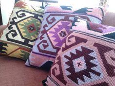 "Tejer: ""El arte de crear con tus manos"".: Cojines en punto cruz Cross Stitching, Cross Stitch Embroidery, Cross Stitch Patterns, Crochet Patterns, Cross Stitch Cushion, Crochet Butterfly, Tapestry Crochet, Bargello, Loom Weaving"