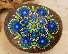 Piedra nueva Mandala pintado Rock punto por P4MirandaPitrone                                                                                                                                                                                 Más
