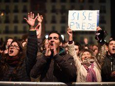Anhänger der Protestpartei Podemos feiern den Wahlausgang in Spanien. Podemos kam noch vor den Sozialisten auf den zweiten Platz.