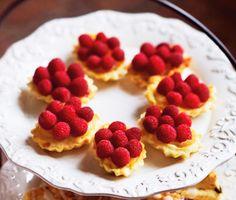 Dessa små ljuvliga franska bakverk går nästan inte att beskriva - de måste upplevas! Tarteletter med hallon är något utöver det vanliga och du fyller dem med krämig lemon curd och garnerar med färska hallon. Ett riktigt lyxigt och festligt recept!