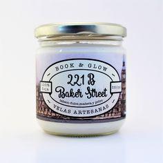 Vela de soja 221B Baker Street para amantes de los libros de BookandGlow en Etsy https://www.etsy.com/es/listing/512219630/vela-de-soja-221b-baker-street-para