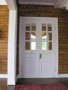 2-х этажный деревянный дом с цокольным этажом и домом для охраны и персонала. На участке неподалёку от Горок 10.