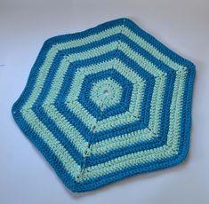 Alfombra hexagonal tejida a crochet con trapillo. Patrón original de Molla Mills. Blanket, Cotton Canvas, How To Knit, Rugs, Trapillo, Dots, Tejidos, Rug, Blankets