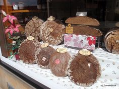 I had known Nuremberg is famous for its Lebkuchen but I was surprised how many sorts of bread this bread store (Feinkost Nikolaus Schwarz) is offering. Saxony Anhalt, How To Store Bread, Nuremberg Germany, North Rhine Westphalia, Bavaria, Gingerbread Cookies, Chocolate, Desserts, Austria