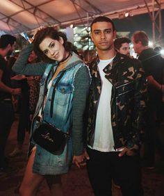 Sophia Abrahão e Sergio Malheiros - ela de jaqueta jeans e ele de militar