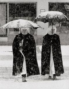 Toni Schneiders :: Suore nella neve, Garmisch, Germania 1960 / più [+] da questo fotografo