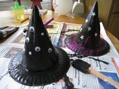 Looking for Halloween crafts for kids that are easy to make and also serve a purpose? These Easy Kids Witch Hats can be worn as part of a costume or just used as Halloween decorations. Talk about a multi-purpose craft! Deco Haloween, Theme Halloween, Halloween Witch Hat, Halloween Crafts For Kids, Holidays Halloween, Holiday Crafts, Holiday Fun, Witch Hats, Halloween Decorations