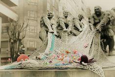 Yarn in the city / Laine dans la ville Knit Art, Crochet Art, Crochet Crafts, Big Knits, Yarn Bombing, Bilbao, Guerrilla, Knitting Accessories, Outdoor Art