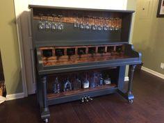 Mise à jour : Cette pièce est vendue, mais revenez dans lavenir pour un autre dun piano-bar aimable !  Ce piano-bar upcycled a été créé depuis un piano Heintzman de 1908. En lieu et place des touches, il y a une zone de desserte avec conservation du vin et verre à vin affichage ci-dessus, qui utilise les chevilles. En dessous sont deux étagères pour stocker et afficher votre collection de boissons alcoolisées. La pièce a été peinte avec une peinture de craie Annie Sloan dans la couleur…