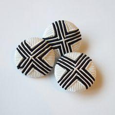 ボタンです。素材 :プラスチック・糸サイズ:直径 約2.7cm・厚さ 約9mm*このボタン1個648円(税込)になります。 ハンドメイド、手作り、手仕事品の通販・販売・購入ならCreema。