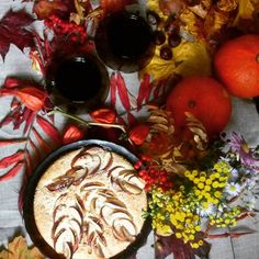"""Урожай яблок в этом году выдался на славу потому шарлотки по классическим и не классическим рецептам открытые и закрытые яблочные пироги и просто запеченые яблоки с медом - частые гости на нашем столе. Вот и пирог подоспел специально для марафона """"Вдохновляющая осень"""" от @olesya.ivashkina и @evzzheniya. #марафон_вдохновляющая_осень #марафон_вдохновляющая_осень_4  #марафон_вдохновляющая_осень_tsevan_alesia  #пирог #пирогсяблоками #пироги #тыквы #цветы #чай #цикорий #физалис #листья…"""