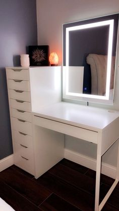 room decor chic Zimmereinrichtung Makeup vanity with lighted mirror! Vanity Room, Bedroom With Vanity, Bedroom Makeup Vanity, Mirror Bedroom, Corner Vanity, Closet Vanity, Bedroom Mirror With Lights, Glass Bedroom Furniture, Closet Bed
