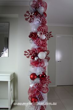 Warm & Festive Red and White Christmas Decor Ideas - Hike n Dip Give your Christmas decoration a festive touch. Try the classic Red and white Christmas decor. Here are Red and White Christmas decor ideas for you. Noel Christmas, Winter Christmas, All Things Christmas, Christmas Wreaths, Outdoor Christmas, Christmas Sleighs, Christmas Stairs, Candy Cane Christmas Tree, Christmas Crafts