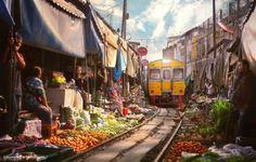 Il treno passa per le strade di Bangkok.