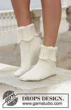 "Venus Rising - DROPS socks in ""Merino Extra Fine"" with pattern on leg. - Free pattern by DROPS Design Knitting Kits, Knitting Socks, Knitting Patterns Free, Knit Patterns, Free Knitting, Free Pattern, Drops Design, Crochet Mittens Pattern, Magazine Drops"