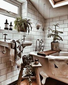 Le look bohème ne devrait pas se limiter aux grandes pièces comme la chambre et le salon. Je vais donc vous présenter aujourd'hui 20 idées de salle de bain Bohème. Vous allez voir qu'en choisissant les bons éléments, créer une salle de bain de style boème chez soi n'est pas très compliqué.