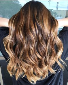 Warming things up 🔥🔥🔥 By Brown Hair Balayage, Hair Highlights, Blonde Hair Looks, Brunette Hair, Honey Hair, Blonde Honey, Hair Videos, Hairstyles Videos, Men Hairstyles