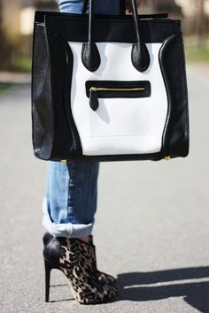 For some reason this reminds me of the dos systems I grew up with...  a computer smiling purse...  want!!!