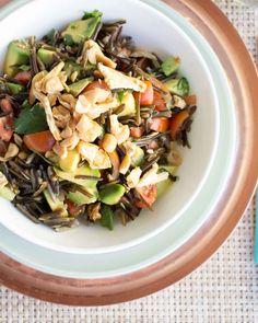 Wildreis-Salat mit getrockneter Ananas, Kirschtomaten, Avocado und Limette.