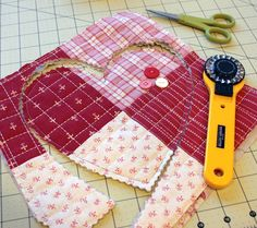 Quilted Heart Tutorial @ The Crafty Quilter includes a printable template for two heart sizes. This is a quick and easy project to add a charming touch to your decor and it makes a great gift! Small Quilt Projects, Small Sewing Projects, Quilting Projects, Sewing Crafts, Quilting For Beginners, Quilting Tips, Quilting Tutorials, Small Quilts, Mini Quilts